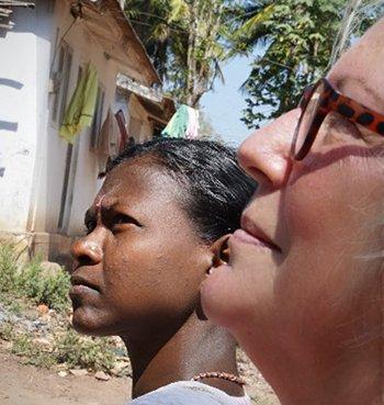 Margriet en een Adivasi-vrouw kijken omhoog